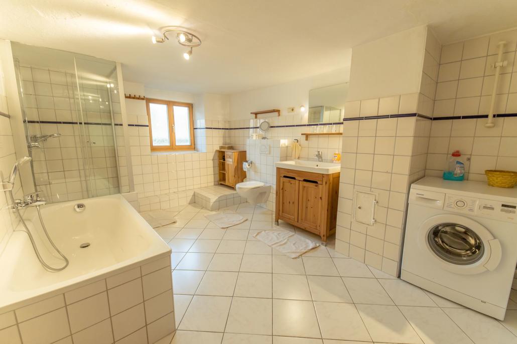 Großes Duschbad Ferienhaus Bergblick mit Waschmaschine